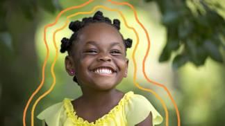 Criança negra sorrindo